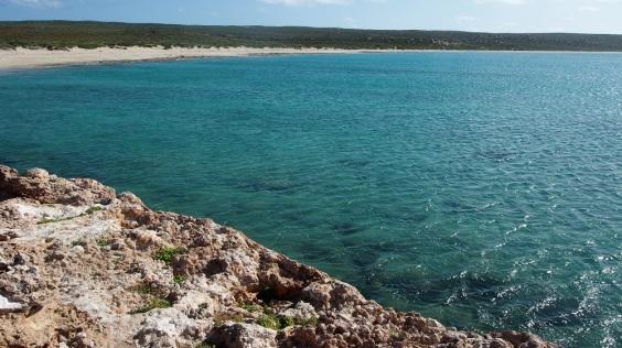 Auch der zweite Platz in Edel Land liegt sehr schön an einer weiten Sandbucht. Hier lässt es sich im ruhigen Wasser gut schwimmen.
