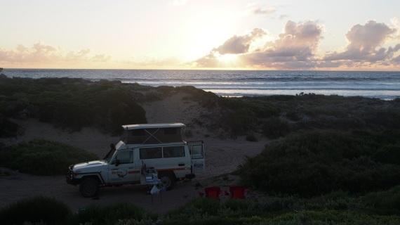 Es wurde eine stimmungsvolle Vollmondnacht, wir haben uns etwas oberhalb des Autos in die Dünen gesetzt und auf das Meer aufgepasst.