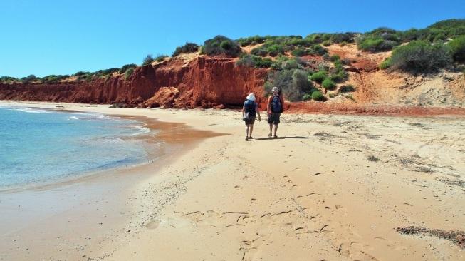 Eine ausgiebige Strandwanderung führt uns an den malerischen Felsen entlang.