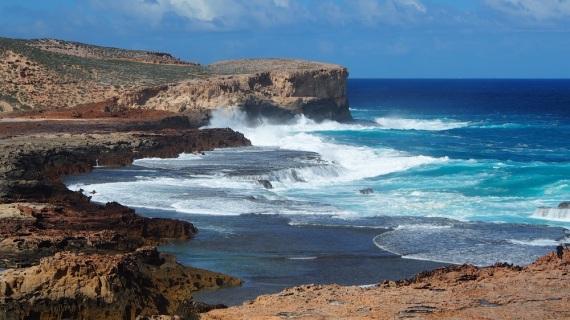 Die Westküste der Halbinsel ist sehenswert, steile Klippen und weit unten der tosende Indische Ozean, in der Ferne vorbeiziehende Buckelwale. Da nimmt man auch schon mal eine holprige Anfahrt in Kauf.